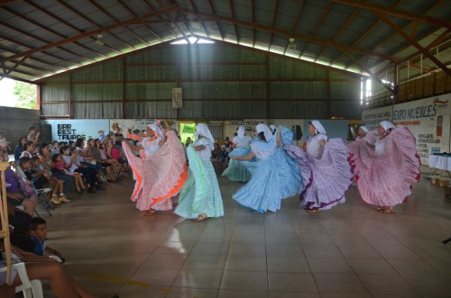 Presentación de la Compañía de Baile Folclórico Cosecha de Oro Fino, en el Salón Comunal de Valle Azul de San Ramón.